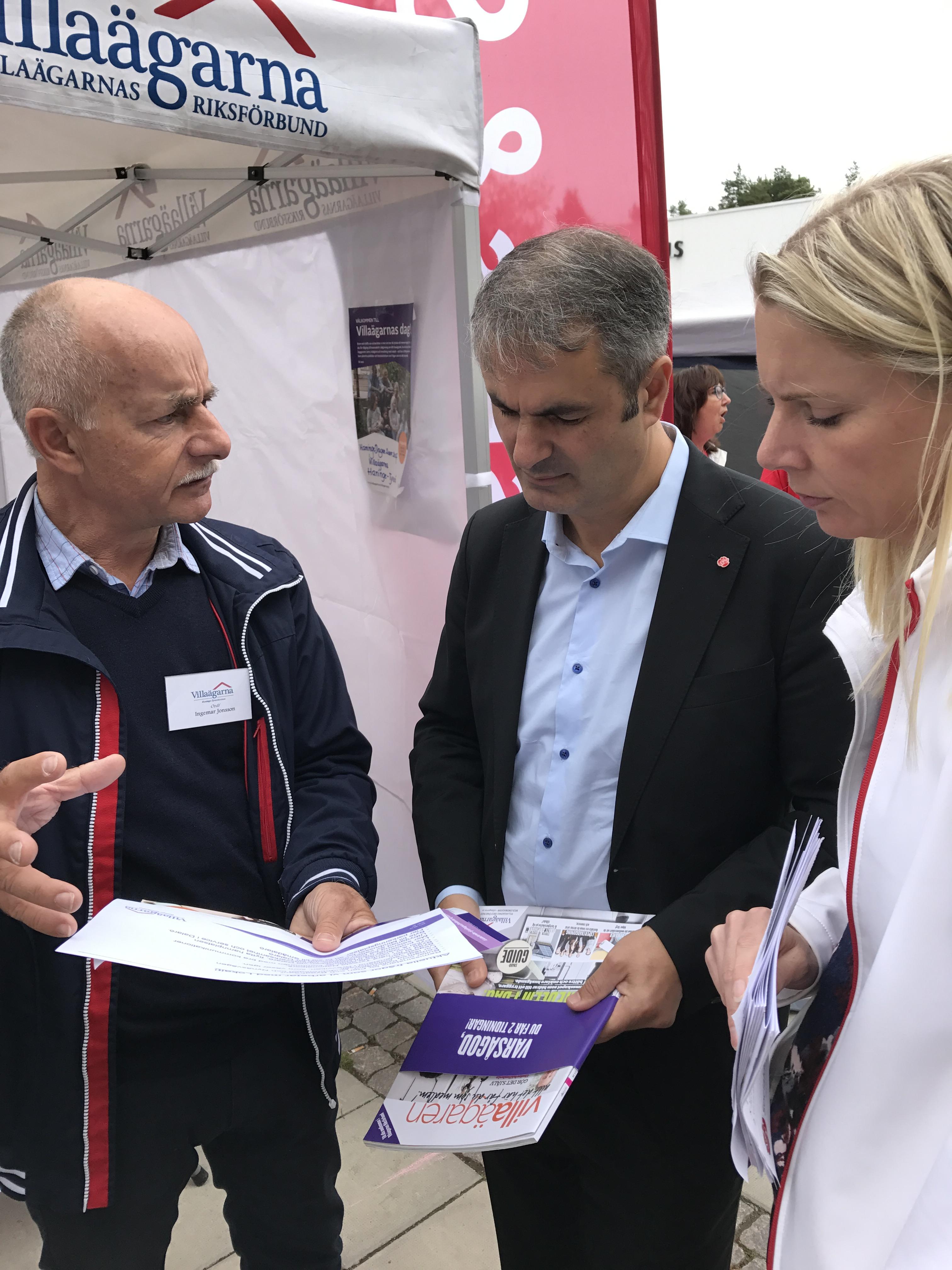 Ibrahim Baylan, samordnings och energiminister och Åsa Westlund, riksdagsledamot, samtalar med företrädare för Villaägarna Haninge Tyresö