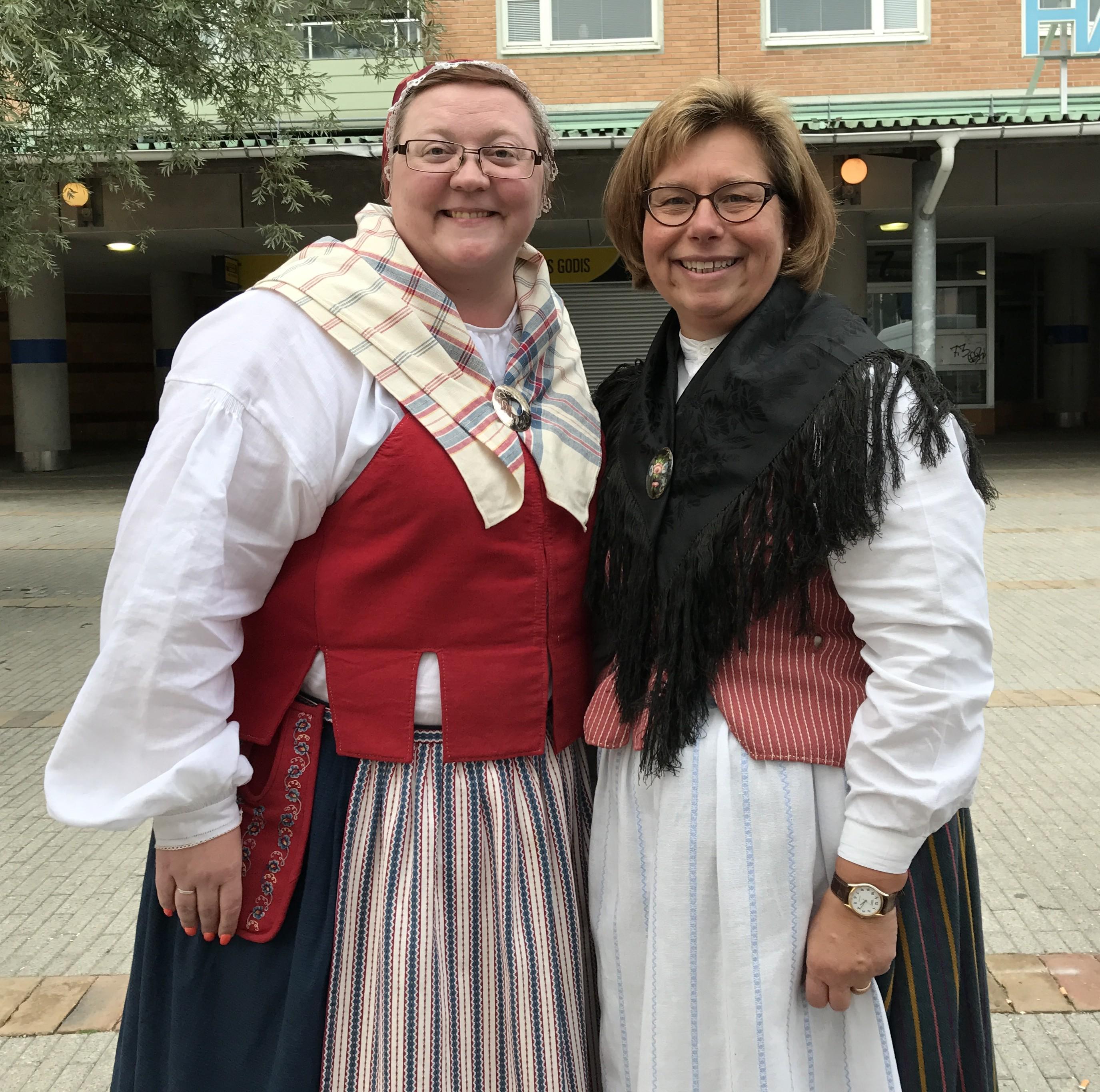 Meeri Wasberg, Socialdemokrat, och Elisabet Sandberg, Centerpartist, i våra fina dräkter