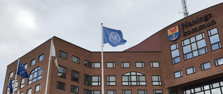 Haninge kommun hissar FN-flaggan.